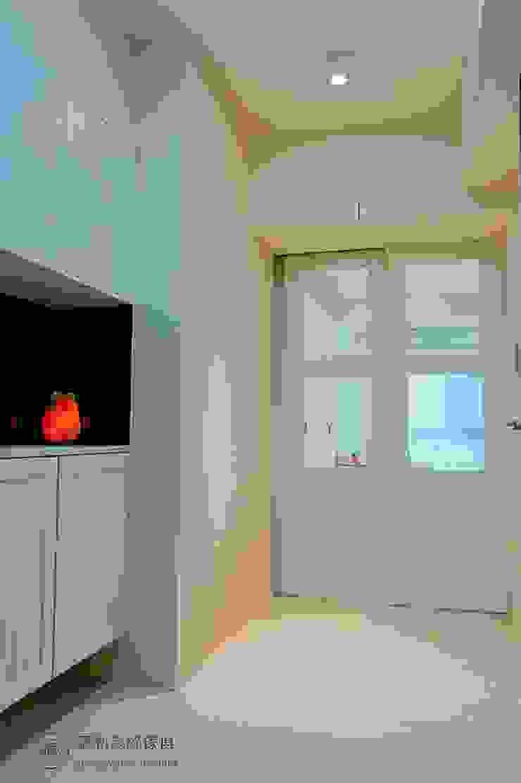 玄關櫃與廊道鄉村風推拉門 藏私系統傢俱 乡村风格的走廊,走廊和楼梯 塑木複合材料 White