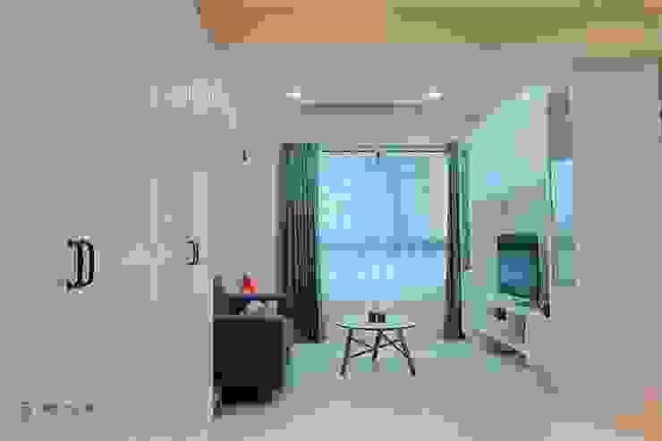 廊道儲物櫃延伸至客廳空間 藏私系統傢俱 现代客厅設計點子、靈感 & 圖片 塑木複合材料 White