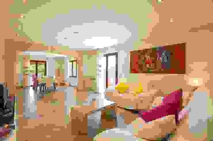 Salón unido al comedor Salones de estilo mediterráneo de Diego Cuttone, arquitectos en Mallorca Mediterráneo