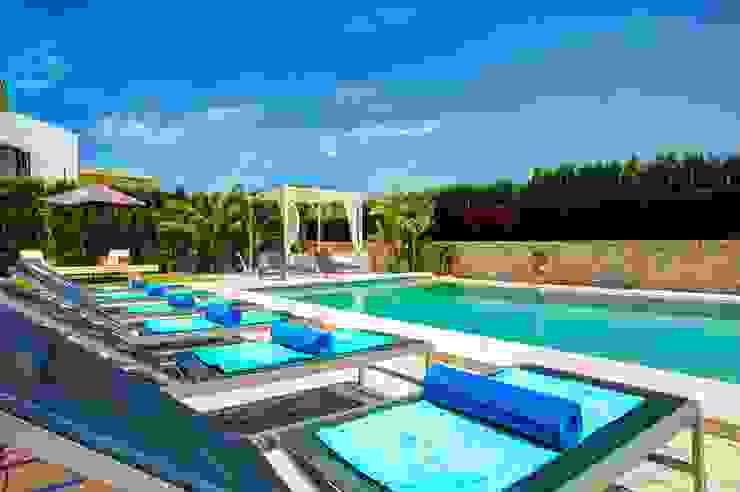 Piscina con solarium Piscinas de estilo mediterráneo de Diego Cuttone, arquitectos en Mallorca Mediterráneo