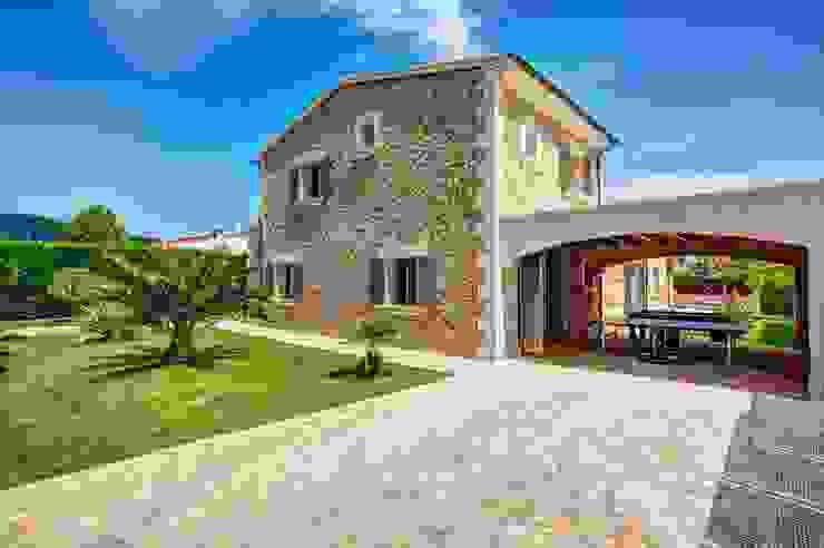 Zona trasera Casas de estilo mediterráneo de Diego Cuttone, arquitectos en Mallorca Mediterráneo