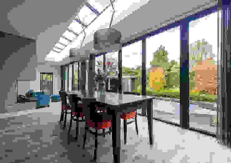 MODERNE AANBOUW MET HARMONICADEUREN EN GROOT DAKLICHT Moderne eetkamers van ID-Architectuur Modern Glas