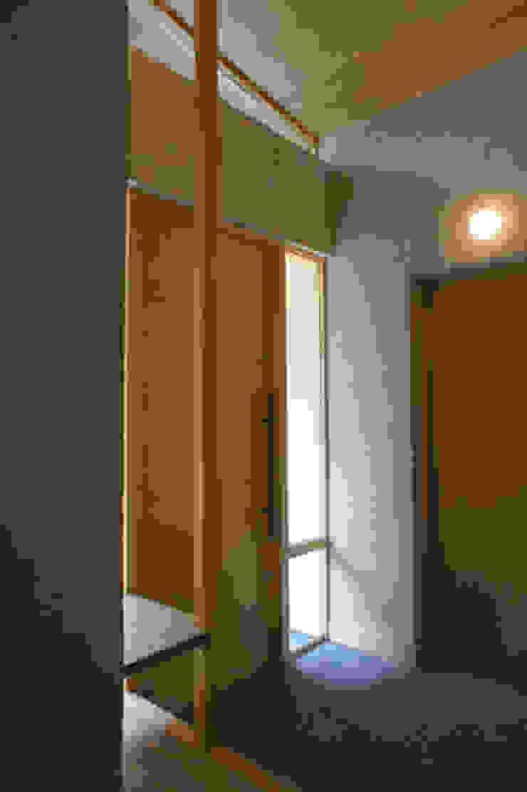 Ingresso, Corridoio & Scale in stile eclettico di 環境創作室杉 Eclettico
