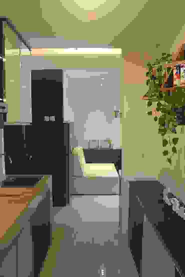 Galeri Ciumbuleuit II – Tipe 2 Bedroom Koridor & Tangga Modern Oleh POWL Studio Modern