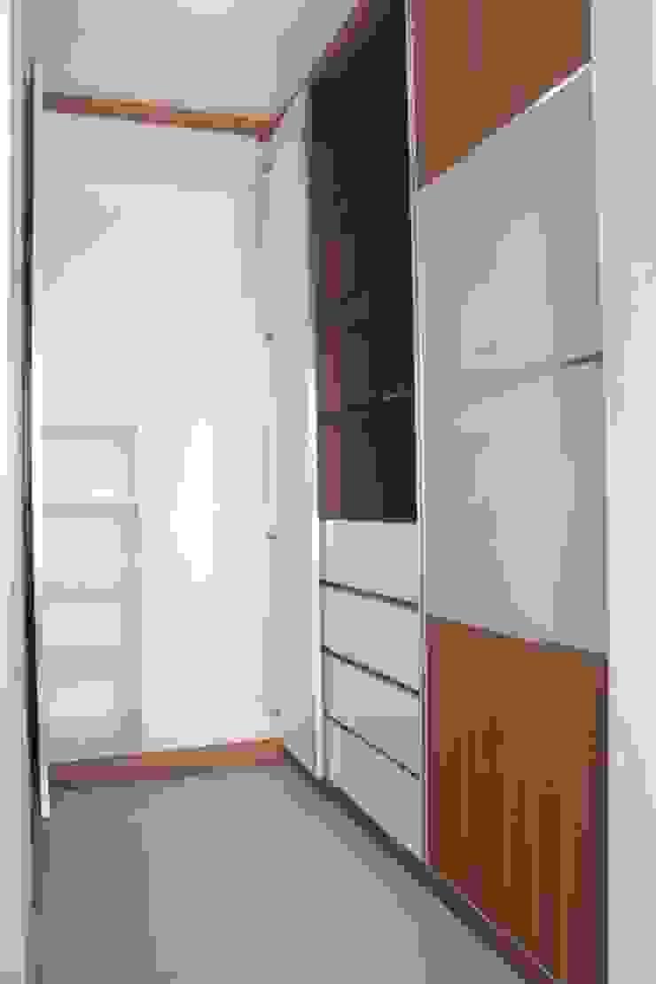 Galeri Ciumbuleuit III – Tipe 3 bedroom Ruang Ganti Modern Oleh POWL Studio Modern
