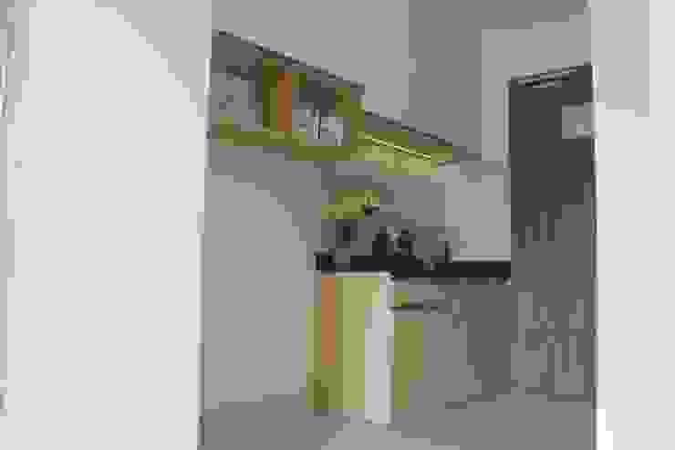 Dapur Mungil: Unit dapur oleh POWL Studio,