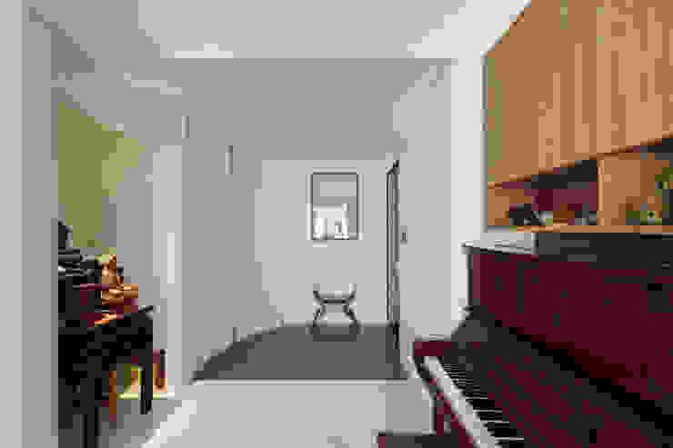 Corridor & hallway by 直方設計有限公司, Modern