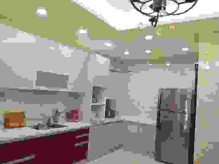 Cocinas minimalistas de 頂尖室內設計工程行 Minimalista