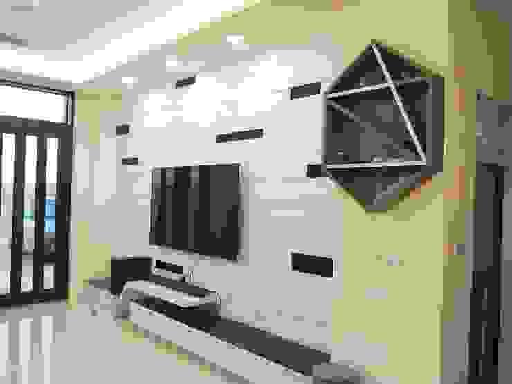 Salones minimalistas de 頂尖室內設計工程行 Minimalista