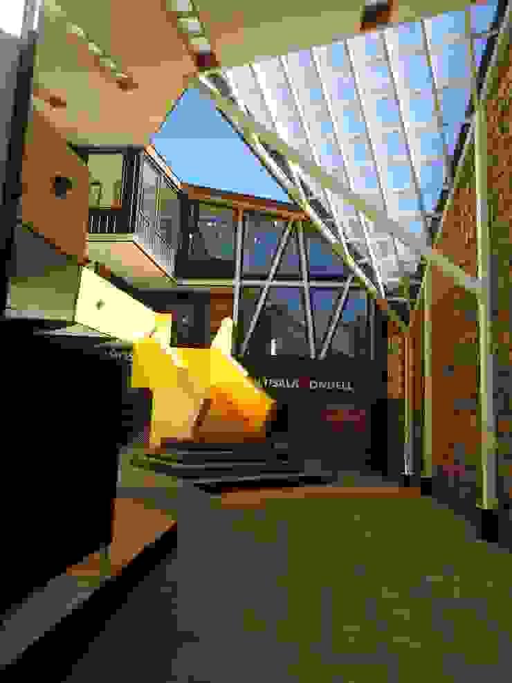 Patio principal de acceso Patio CONDELL de U.R.Q. Arquitectura Moderno Concreto reforzado