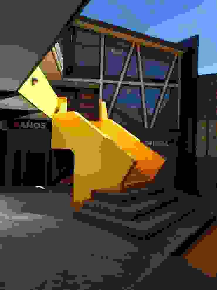 Escalera Patio Condell de U.R.Q. Arquitectura Moderno