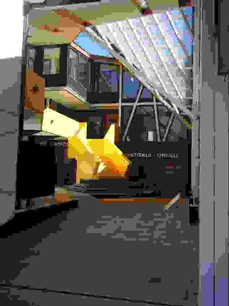 ACCESO PATIO CONDELL Pasillos, vestíbulos y escaleras modernos de U.R.Q. Arquitectura Moderno