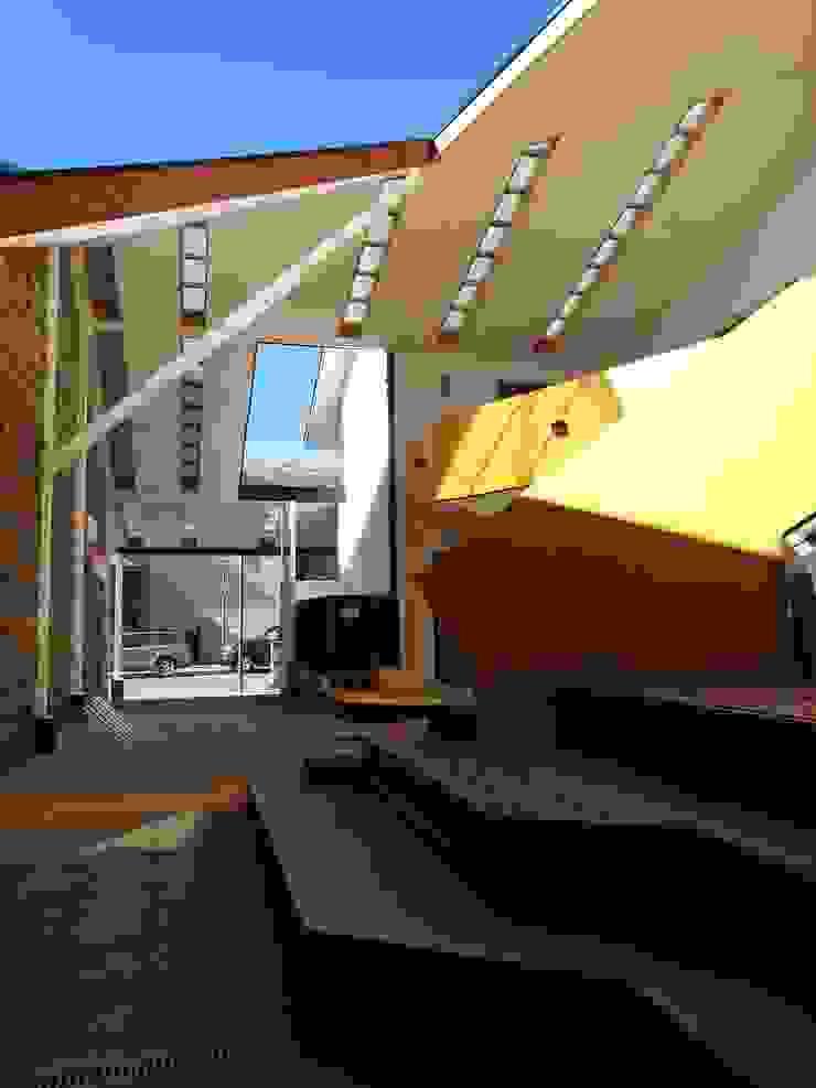 GRADAS DE REPOSO PATIO CONDELL Balcones y terrazas modernos de U.R.Q. Arquitectura Moderno
