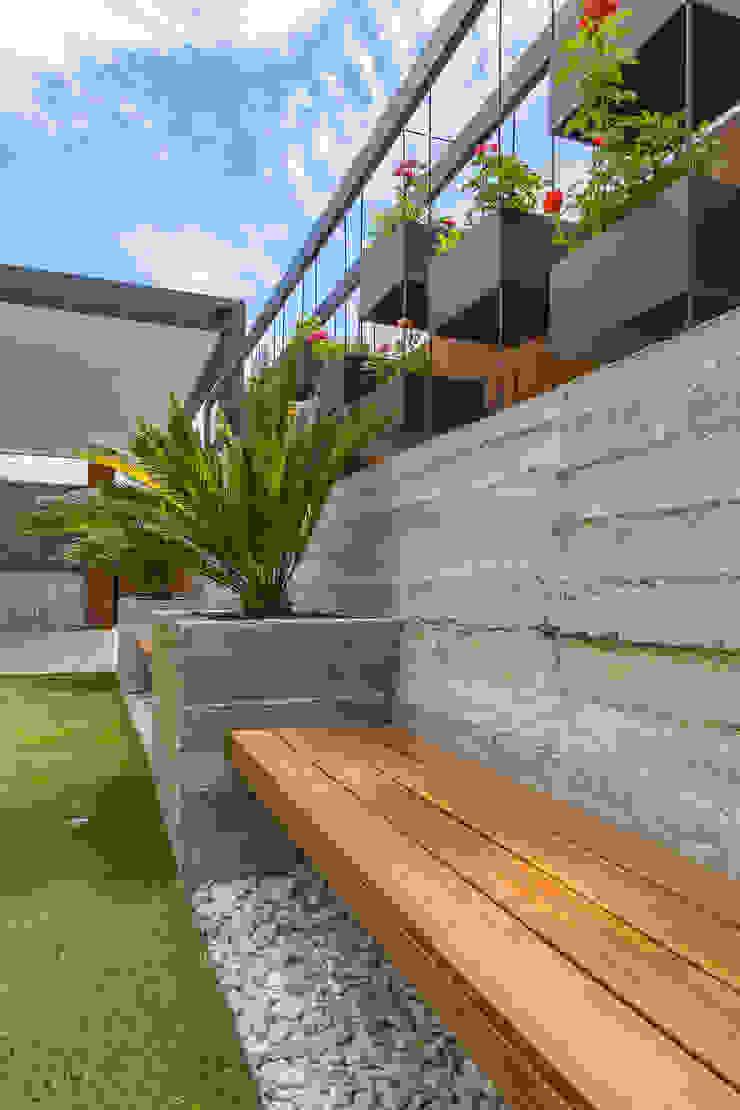 Minimalist style garden by S2 Arquitectos Minimalist