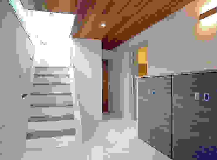 真っ白なセラミックタイル床 滝沢設計合同会社 モダンスタイルの 玄関&廊下&階段