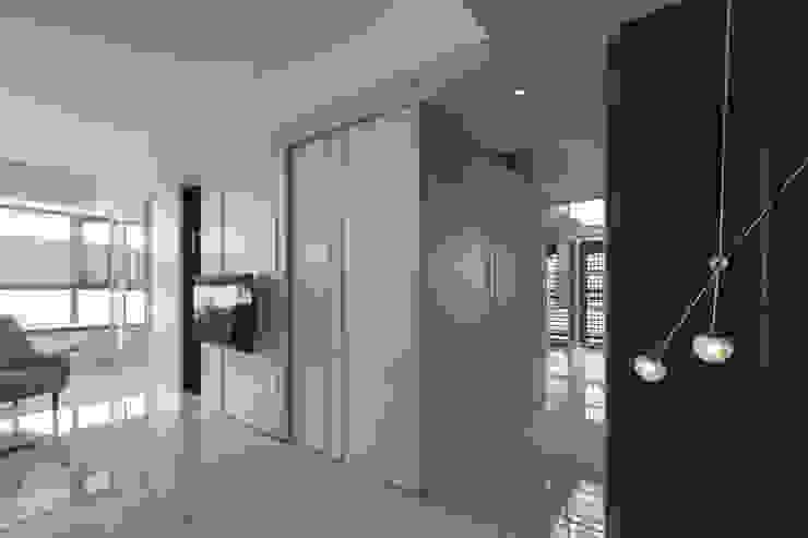收納功能強大的走廊 現代風玄關、走廊與階梯 根據 Moooi Design 驀翊設計 現代風 合板