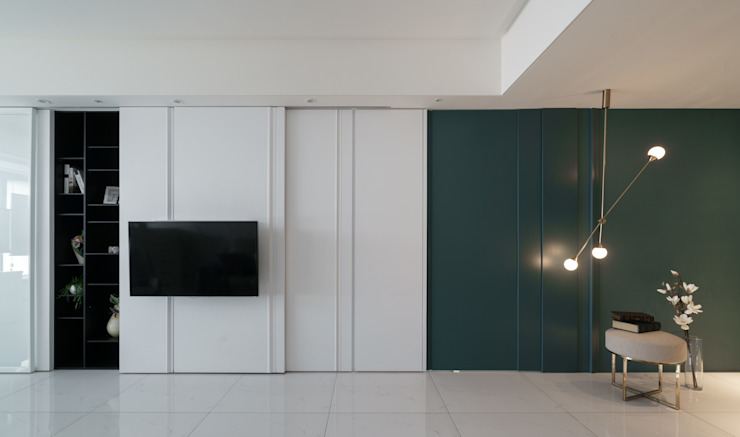 電視牆後方是一整排收納櫃: 現代  by Moooi Design 驀翊設計, 現代風 合板