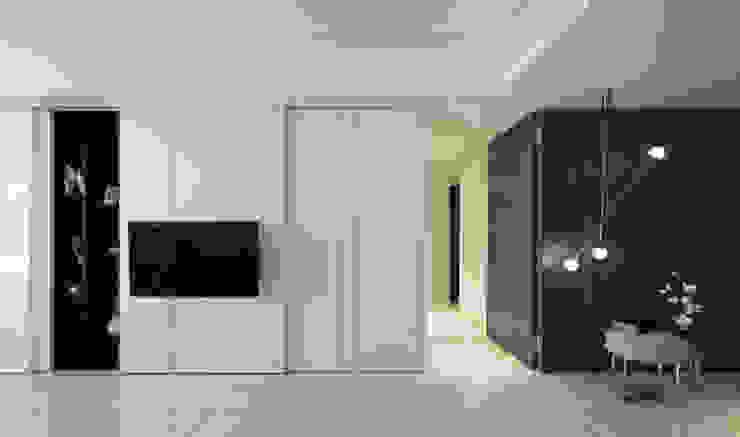 收納功能強大的櫃體成為電視牆的一部分: 現代  by Moooi Design 驀翊設計, 現代風 合板