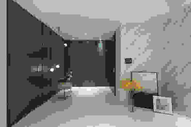 京城如意林宅 -- 現代古典風 現代風玄關、走廊與階梯 根據 Moooi Design 驀翊設計 現代風