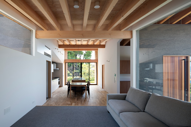Moderne woonkamers van 井上久実設計室 Modern