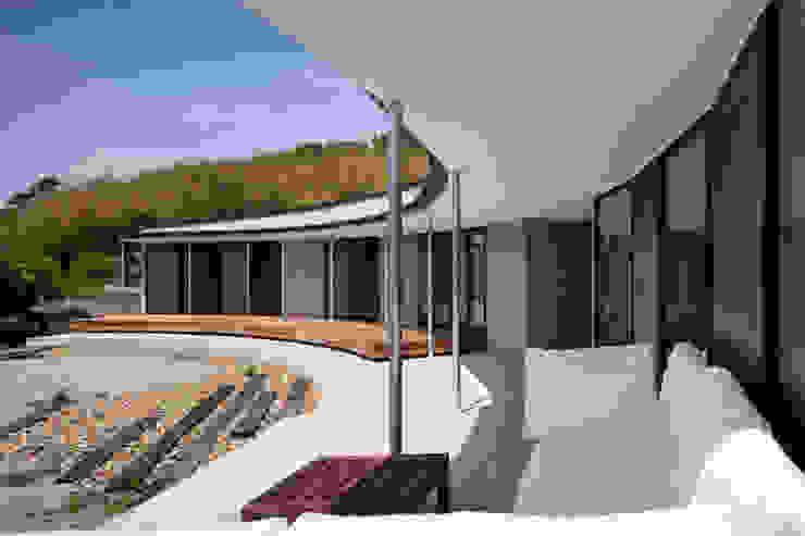 Balcones y terrazas de estilo moderno de 井上久実設計室 Moderno Concreto