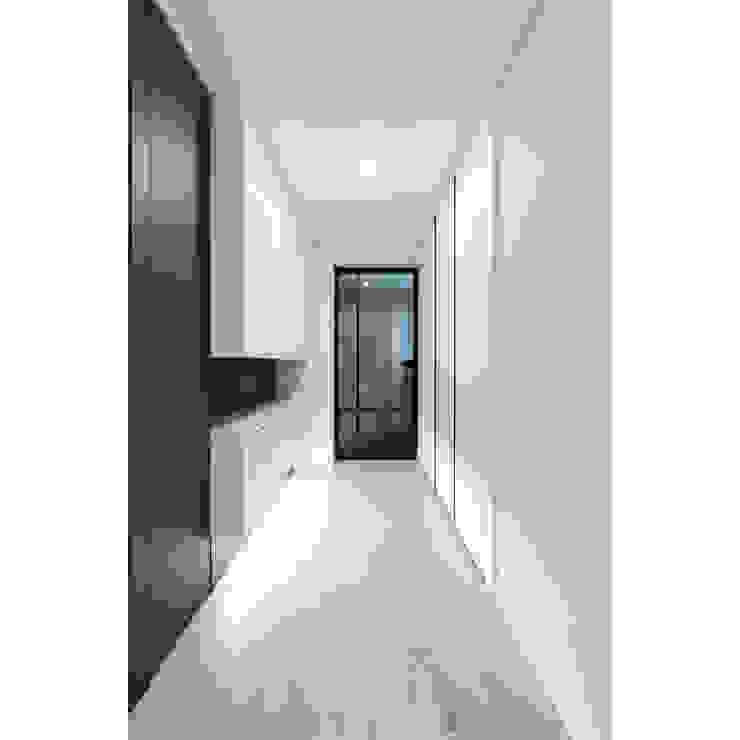 ALU-SW 편개스윙도어 모던스타일 복도, 현관 & 계단 by WITHJIS(위드지스) 모던 알루미늄 / 아연