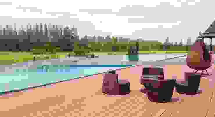 พื้นรอบสระว่ายน้ำ ทางเดินสไตล์คลาสสิกห้องโถงและบันได โดย QWOOD by AN EMPIRE คลาสสิค