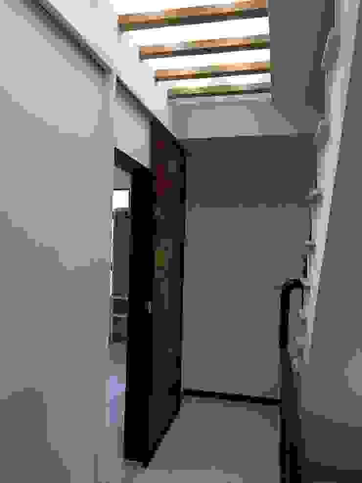 走廊天花板天井 隨意取材風玄關、階梯與走廊 根據 houseda 隨意取材風 玻璃