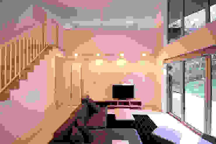 リビングの2階への階段 homify モダンデザインの リビング 木 白色