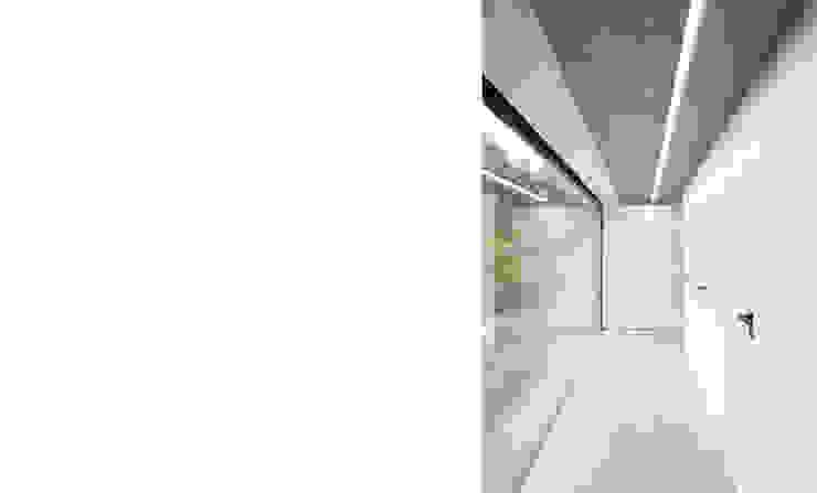 Oficinas y comercios de estilo moderno de FISCHER & PARTNER lichtdesign. planung. realisierung Moderno