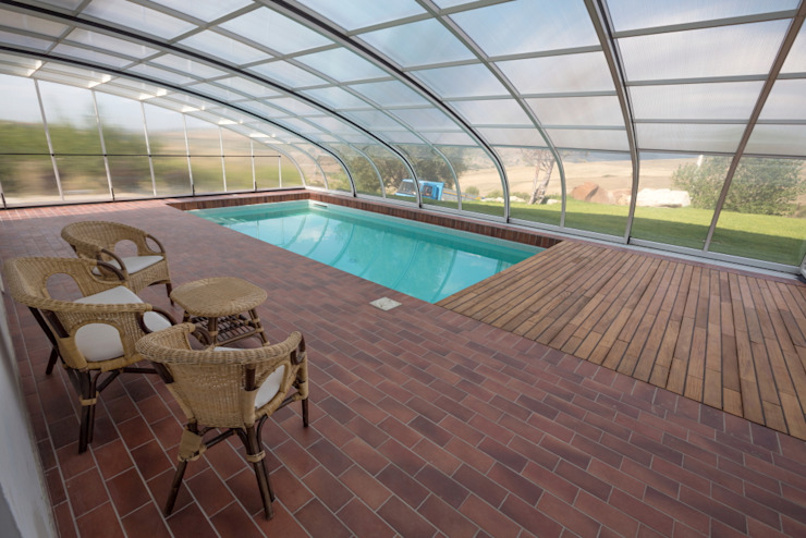 Piscina coperta Isobit s.r.l. Giardino con piscina
