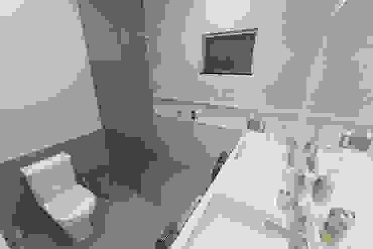 Projeto Moderno de Arquitetura.: Banheiros  por Júlio Padilha Fabiani - Arquiteto,