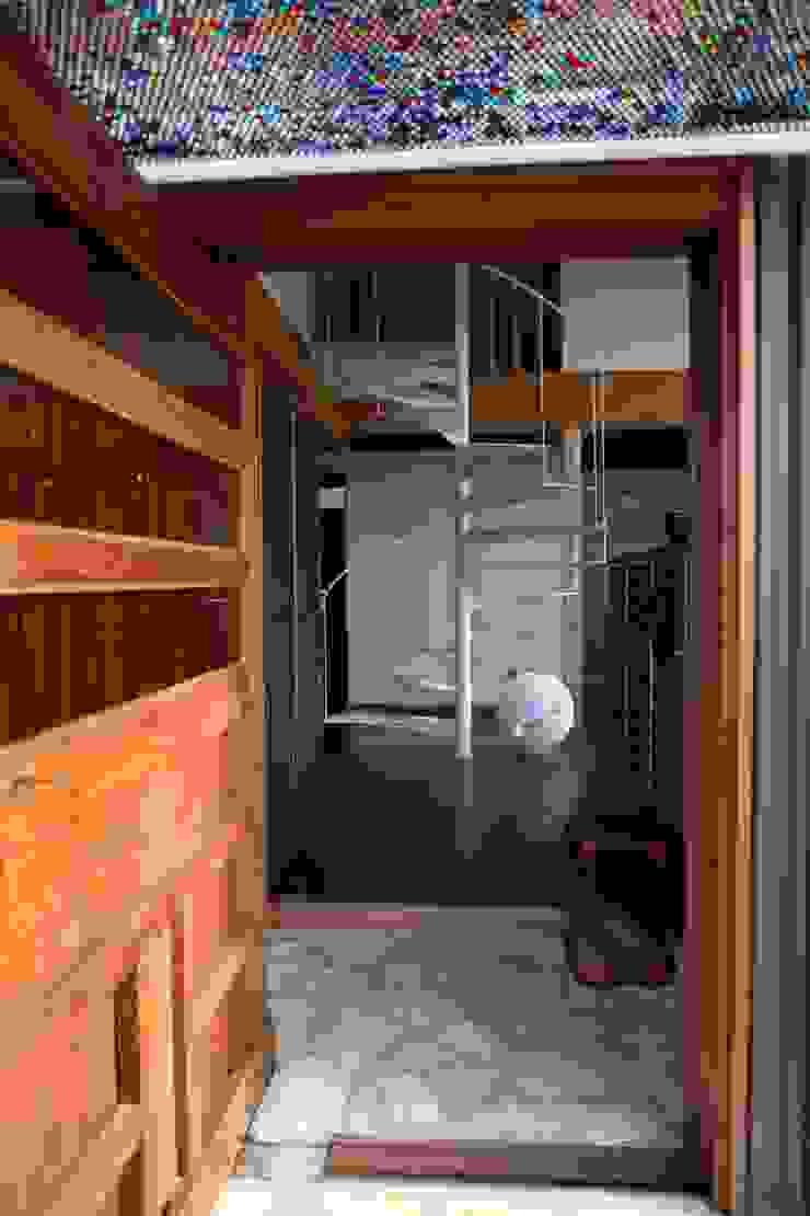 Couloir, entrée, escaliers asiatiques par 株式会社高野設計工房 Asiatique