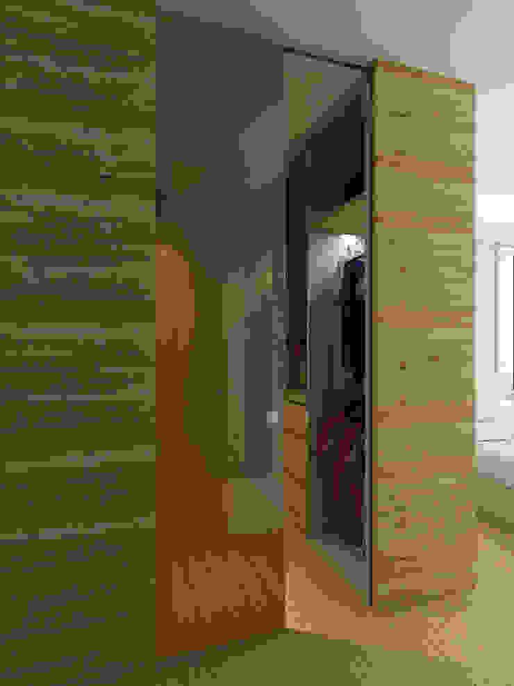 Walk-in wardrobe Scandinavian style bedroom by Singapore Carpentry Interior Design Pte Ltd Scandinavian