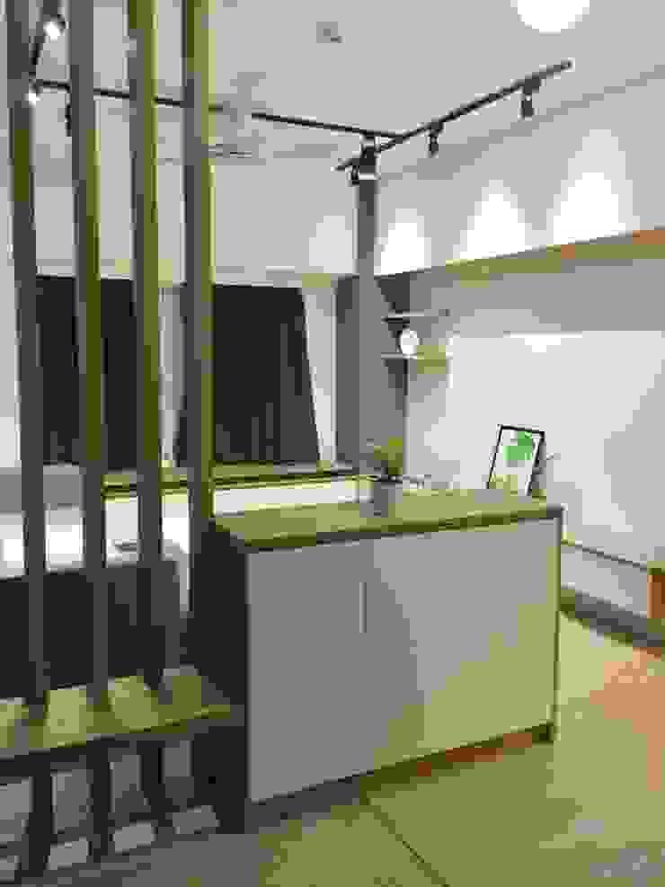 玄關的空間運用 斯堪的納維亞風格的走廊,走廊和樓梯 根據 圓方空間設計 北歐風 合板