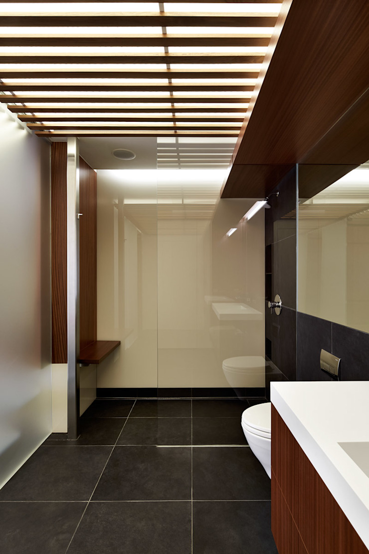 Modern style bathrooms by KUBE Architecture Modern