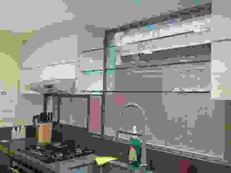 Instalacíon muebles altos en poliuretano y vidrio de Cambia Tu Nido Moderno