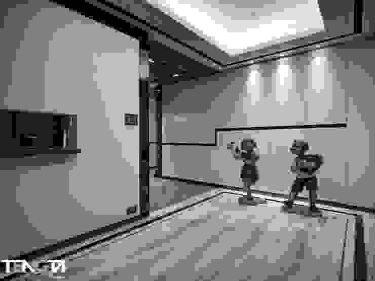線條 ╳ 藝術 現代風玄關、走廊與階梯 根據 騰龘空間設計有限公司 現代風 大理石