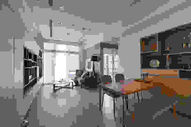 木地板串聯客餐廳 達到視覺放大 根據 耀昀創意設計有限公司/Alfonso Ideas 北歐風