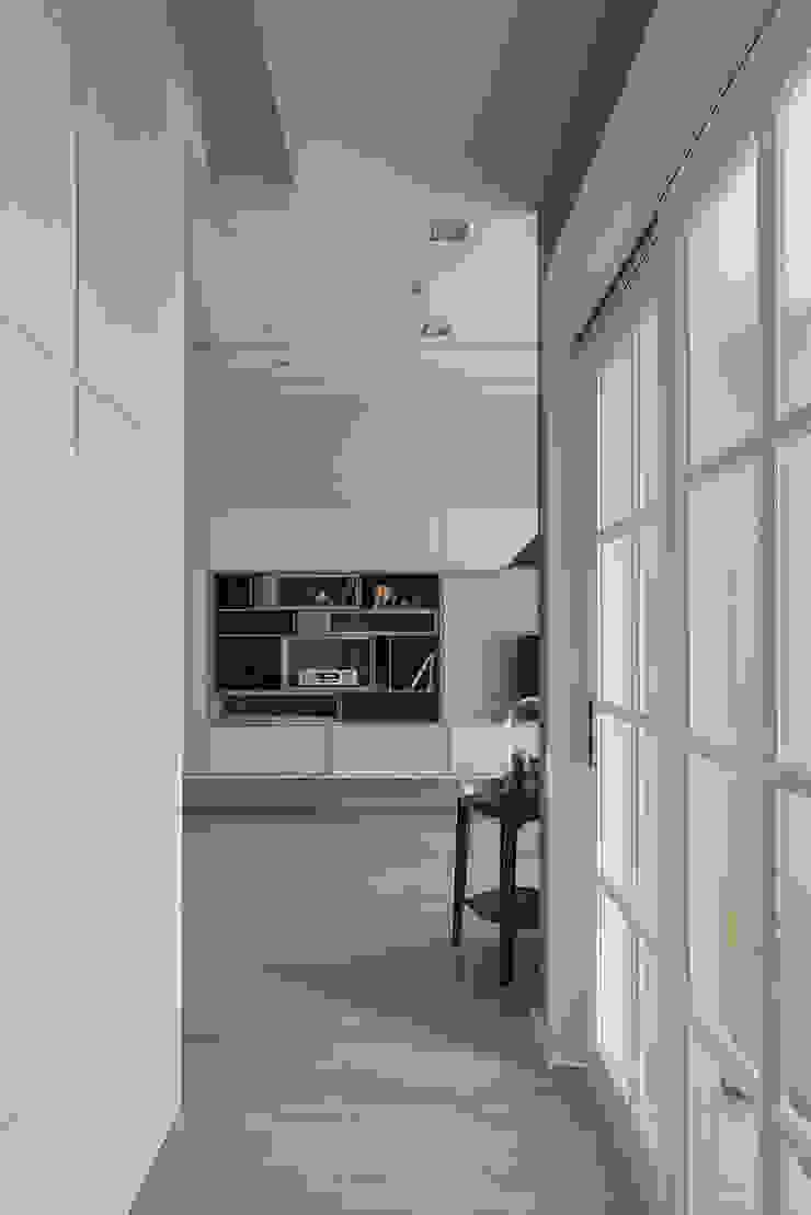 對話 conversation 斯堪的納維亞風格的走廊,走廊和樓梯 根據 耀昀創意設計有限公司/Alfonso Ideas 北歐風
