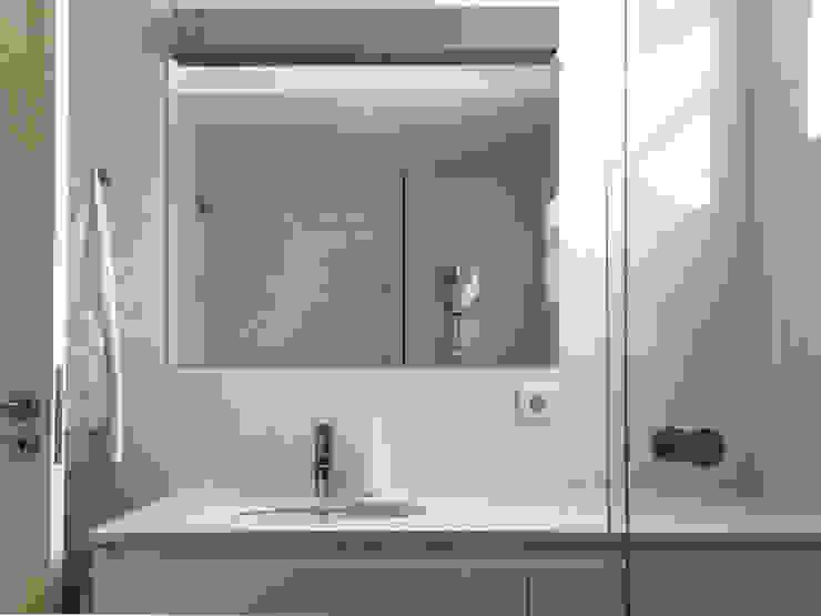 現代浴室設計點子、靈感&圖片 根據 GAAPE - ARQUITECTURA, PLANEAMENTO E ENGENHARIA, LDA 現代風