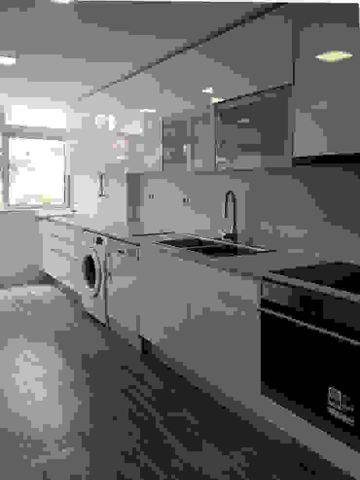 Modern kitchen by GAAPE - ARQUITECTURA, PLANEAMENTO E ENGENHARIA, LDA Modern