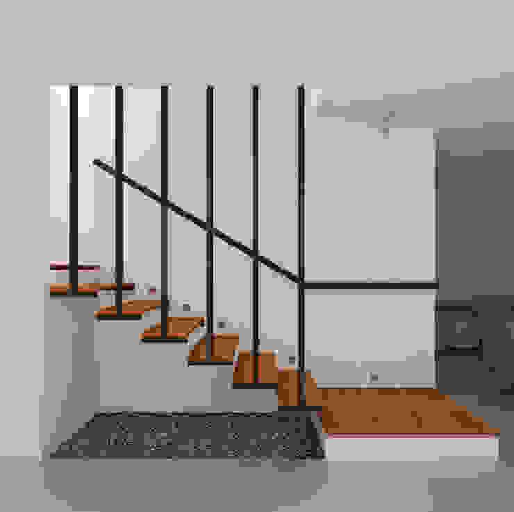 Escaleras Interior Casa Santa Anita Salas modernas de Punto De Fuga Arquitectura Moderno Madera Acabado en madera