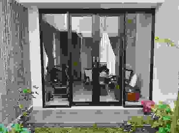 Teras ke taman samping Oleh Vaastu Arsitektur Studio Asia