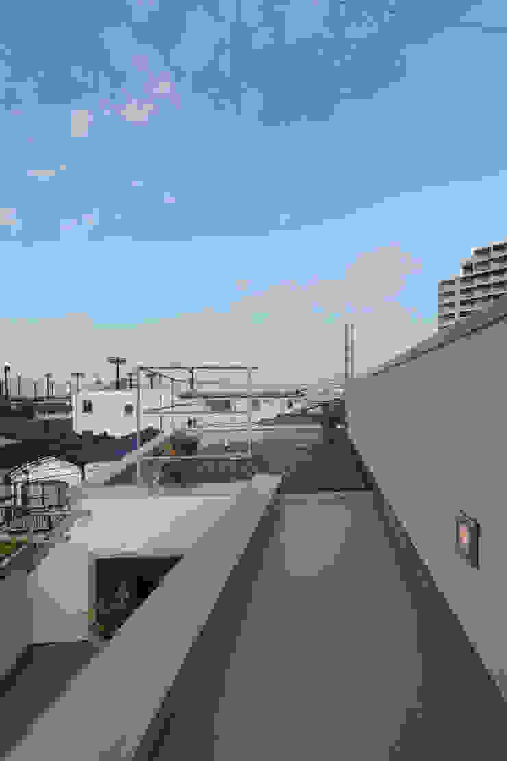 アトリエ スピノザ Modern style balcony, porch & terrace