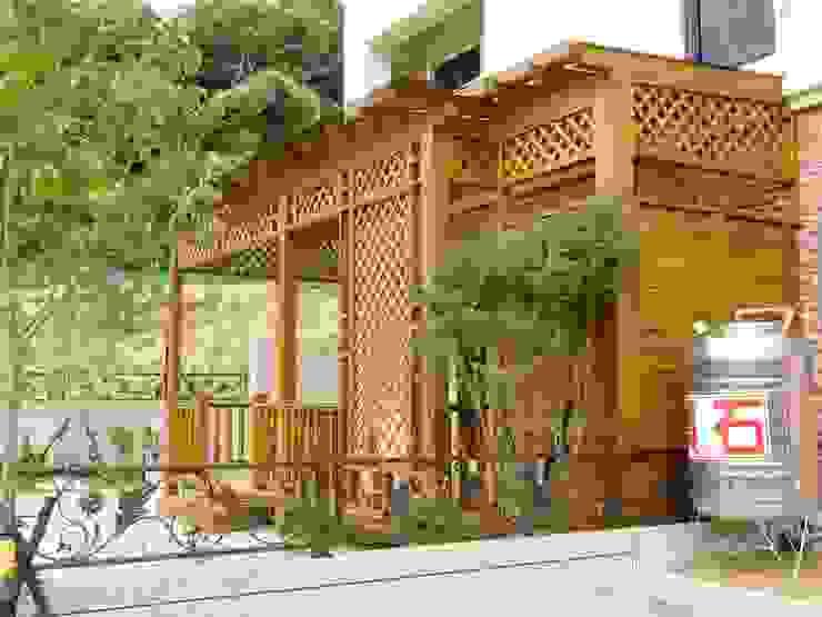 採光罩。欄杆。木地板。格柵 根據 園匠工坊-採光罩 玻璃屋 小木屋 露台 南方松木作工程