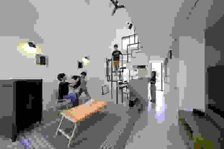 2層分の吹き抜けで広々リビング 株式会社建築工房DADA モダンデザインの リビング