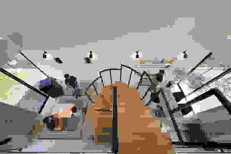 吹き抜けの中央に螺旋階段 株式会社建築工房DADA 階段