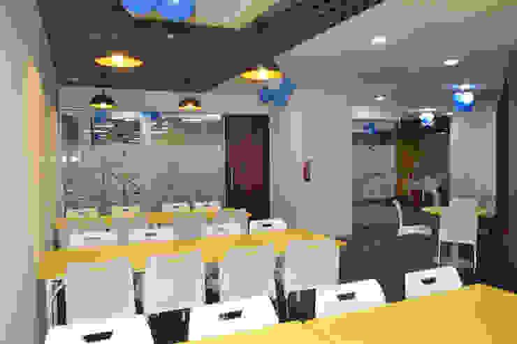 Apex Project Solutions Pvt. Ltd. Moderne Ladenflächen Plastik Gelb