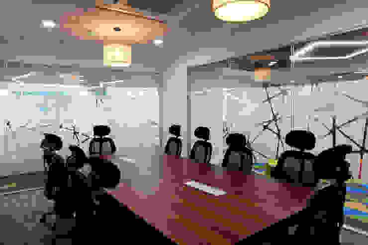 Apex Project Solutions Pvt. Ltd. Moderne Ladenflächen Holzwerkstoff Holznachbildung